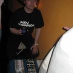 Søren Pilegaard Hansen i Plonk kränger lite merchandise efter spelningen. Observera disketten! På den ligger en komprimerad version av Ned i min hånd