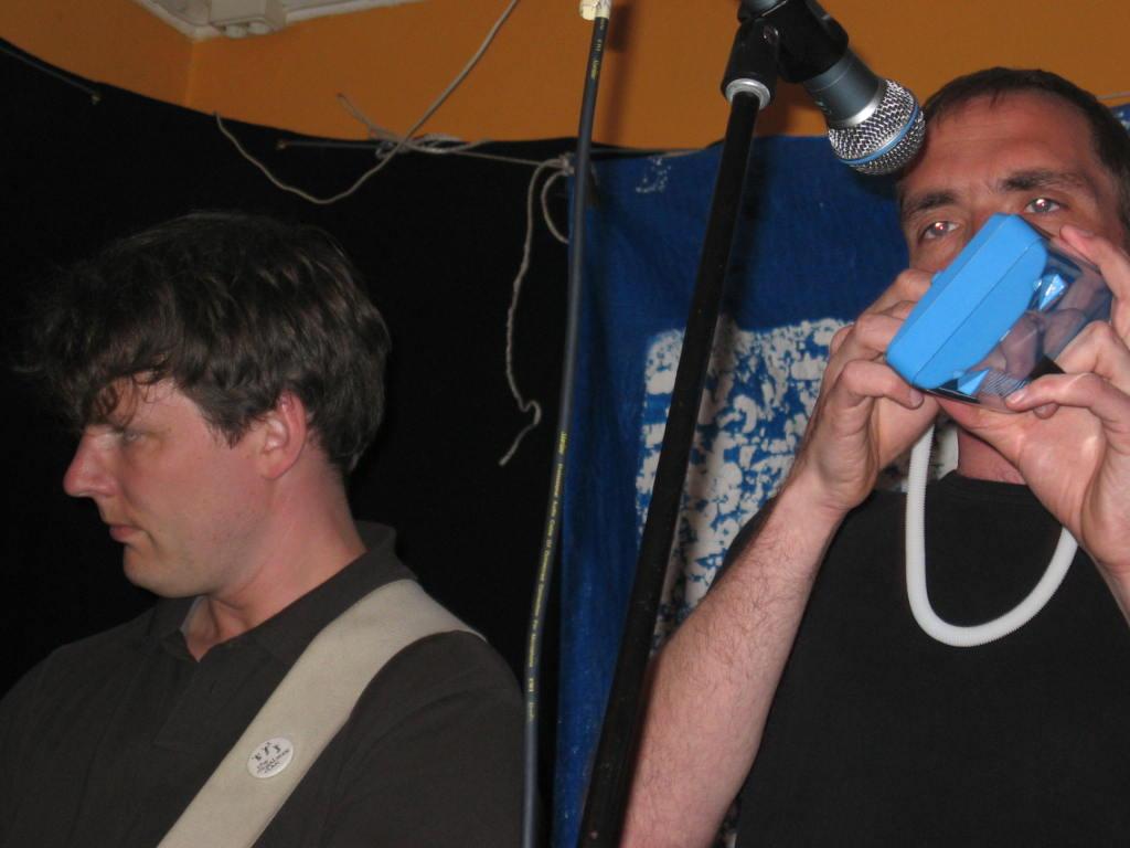 Henrik t.v. och Ulrik t.h. med ett av kvällens många märkliga instrument.