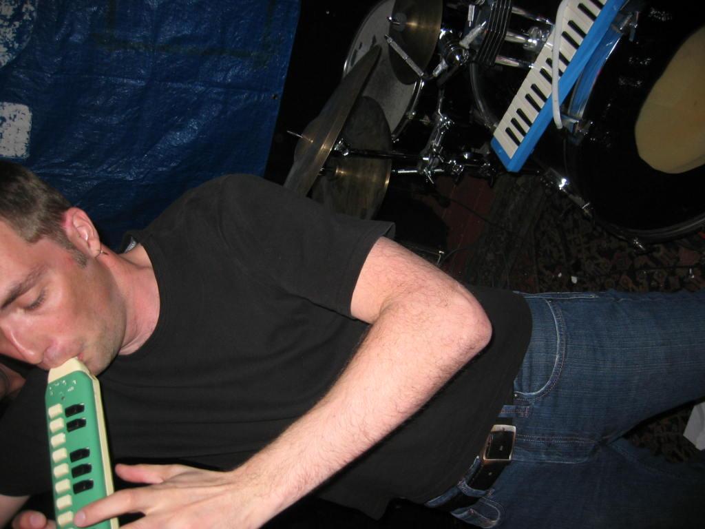 Ulrik spelar på ännu ett underligt blåsinstrument
