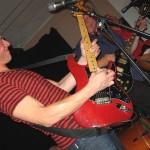 En av södra Sveriges gitarrfantomer böjer till en bit G-dur på Stratocastern. Foto: Lennart Persson