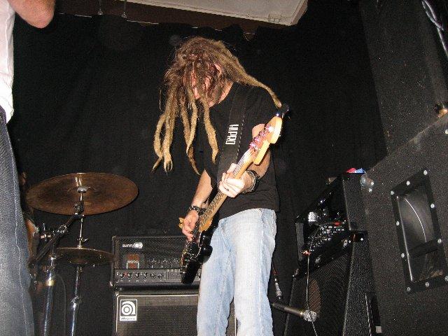 """Jeppe Persson spelar Fender Jazzbas. Med lönnhals. """"Rysligt lättspelad."""", sade han."""