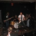 Bandet kör nedstämt fyra halva tonsteg och jättetjocka strängar vilket ger ett fett sound.