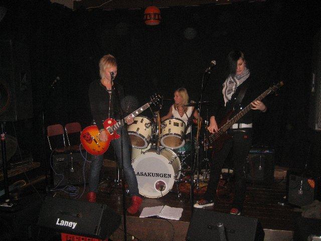 Foxie Roxy. Äntligen på scen i Röstånga. Det har vi försökt fixa sedan mitten av 2006! Joppa, Agnez och Ellan rocks.