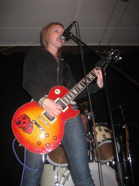 Joppa i klassisk rockpose som för tankarna till Suzy Quatro.