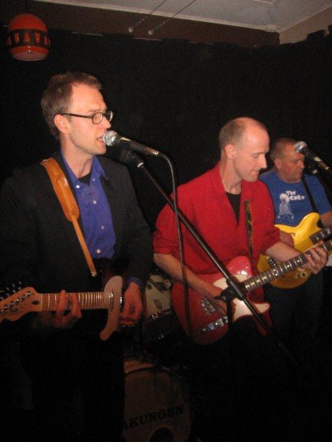 """Mats P, Olle Bop, Örjan. Mats och Olle spelade i Kriminella Gitarrer som anses ha gett ut Sveriges första punkskiva """"Vårdad klädsel"""" 1978. Skäralidspågen Stry Terrarie var med och sjöng på den tiden."""