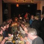 Att Andy & kollegor lyckades servera mat till så många är imponerande. Proppfullt både uppe och nere på Stationen!