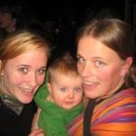 Tre tjejer, trapp-tripp-trull, som kommit för stämningens och musikens skull