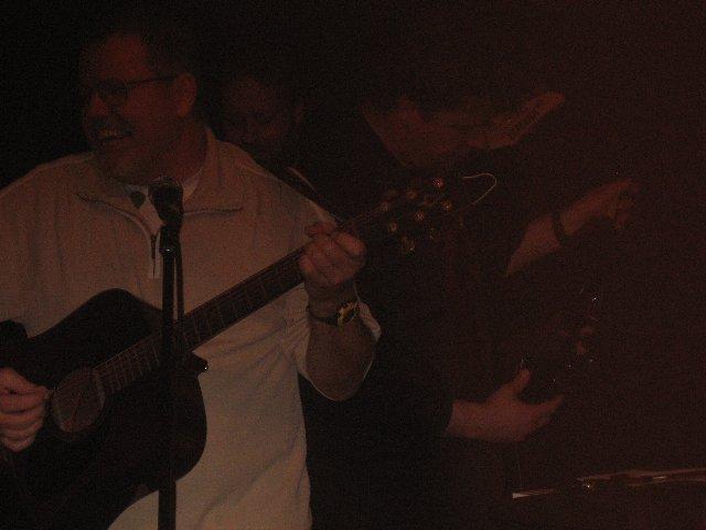 Rolf med gitarr och i rösten darr. 'Sitter kvar med röven bar på ett tak i Tidaholm' Ladda hem texterna från www.annakoka.se! Unik läsning. Köp CDn! Unik musik
