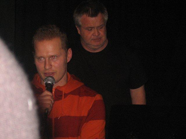 Nils agerade föredömligt konferenciär och introducerar här gruppen 'Anna Koka 5 Ägg Jag Är Värd I Huset'. Sångar-Christian i bakgrunden