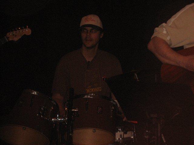 Stophe, javisst – inte bara basist och citronist utan även batterist (hepp). Här i Anna Koka 5 Ägg.