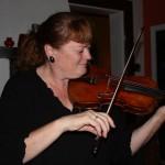 Marianne som spelar både svensk och irländsk folkmusik. Foto Brigitte Enfeldt.