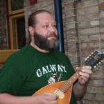 Patrik, rockgitarrist som sadlat om till folkmusik på mandolin och banjo. Foto Brigitte Enfeldt.